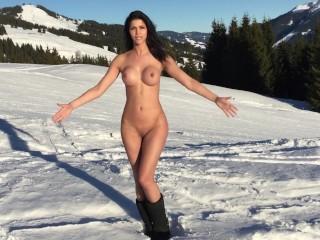 Micaela Schaefer nacktes Schneevergnügen