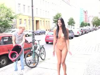 Micaela Schaefer nackt in der Öffentlichkeit